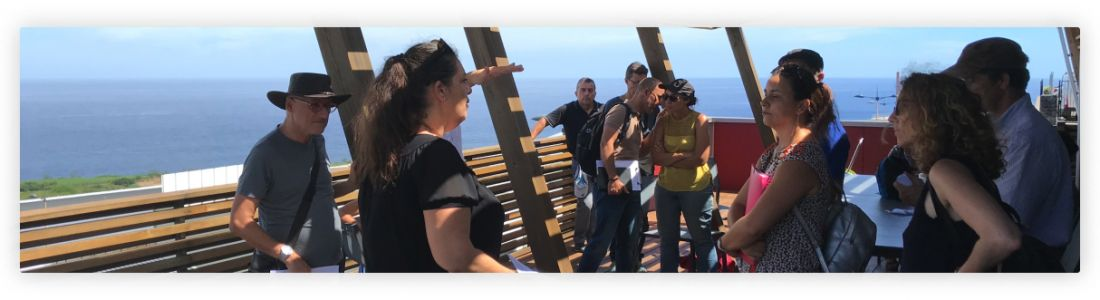 Gaïa accueille un groupe d'enseignants pour une découverte de son bâtiment.